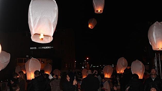 Somptueux lâcher de lanternes à la patinoire de Calvi