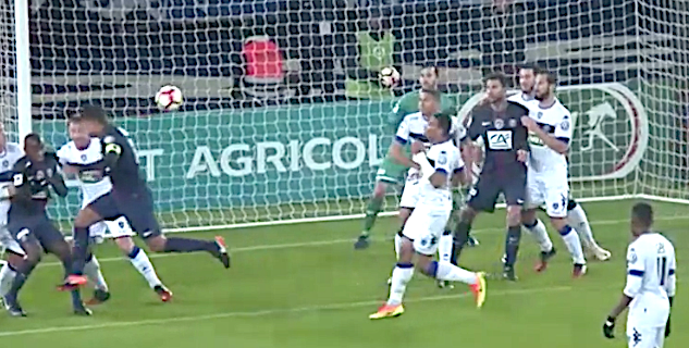 La reprise victorieuse de la tête de Thiago Silva pour le premier but parisien