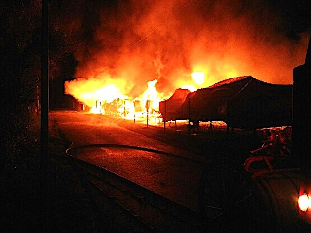 Les flammes ont rapidement progressé sur le port à sec.