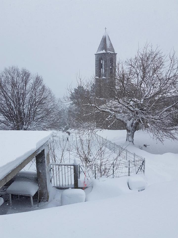 Le clocher du village de Ventiseri n'avait plus vu la neige depuis plusieurs années.