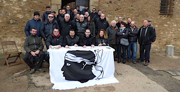 Les membres de l'associu Femu Fium'orbu Castellu entourés de sympathisants et d'élus locaux et territoriaux.