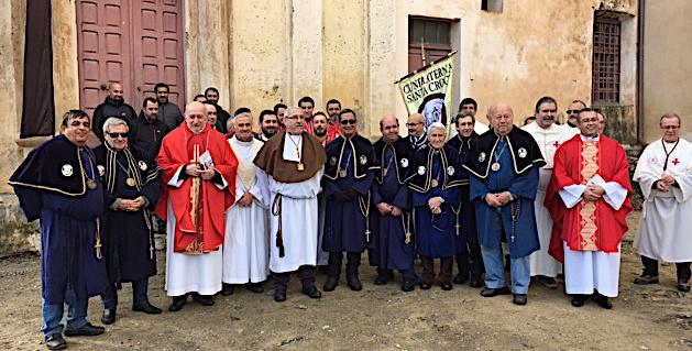Iviu Pasquali entouré des prêtres célébrants et des confrères venus en nombre.