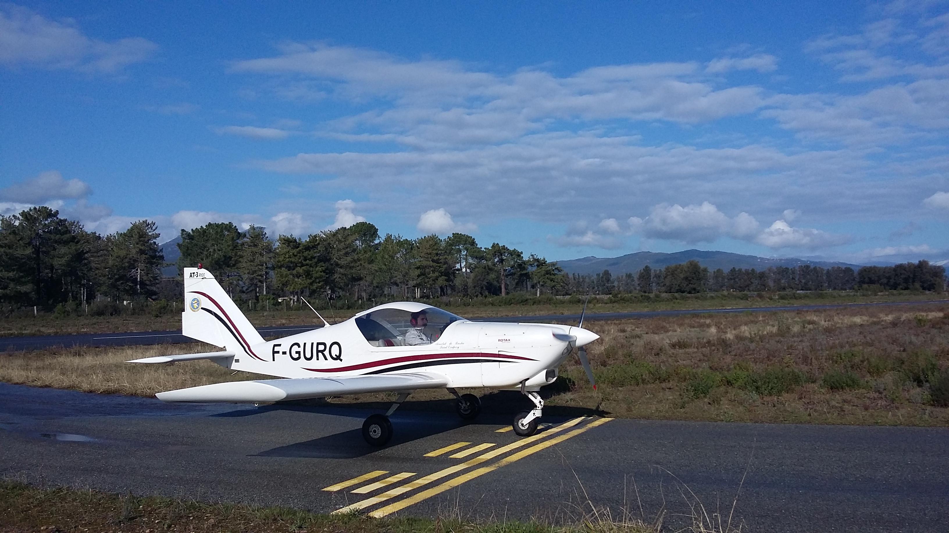 L'élève pilote au point d'arrêt paré pour son premier décollage.