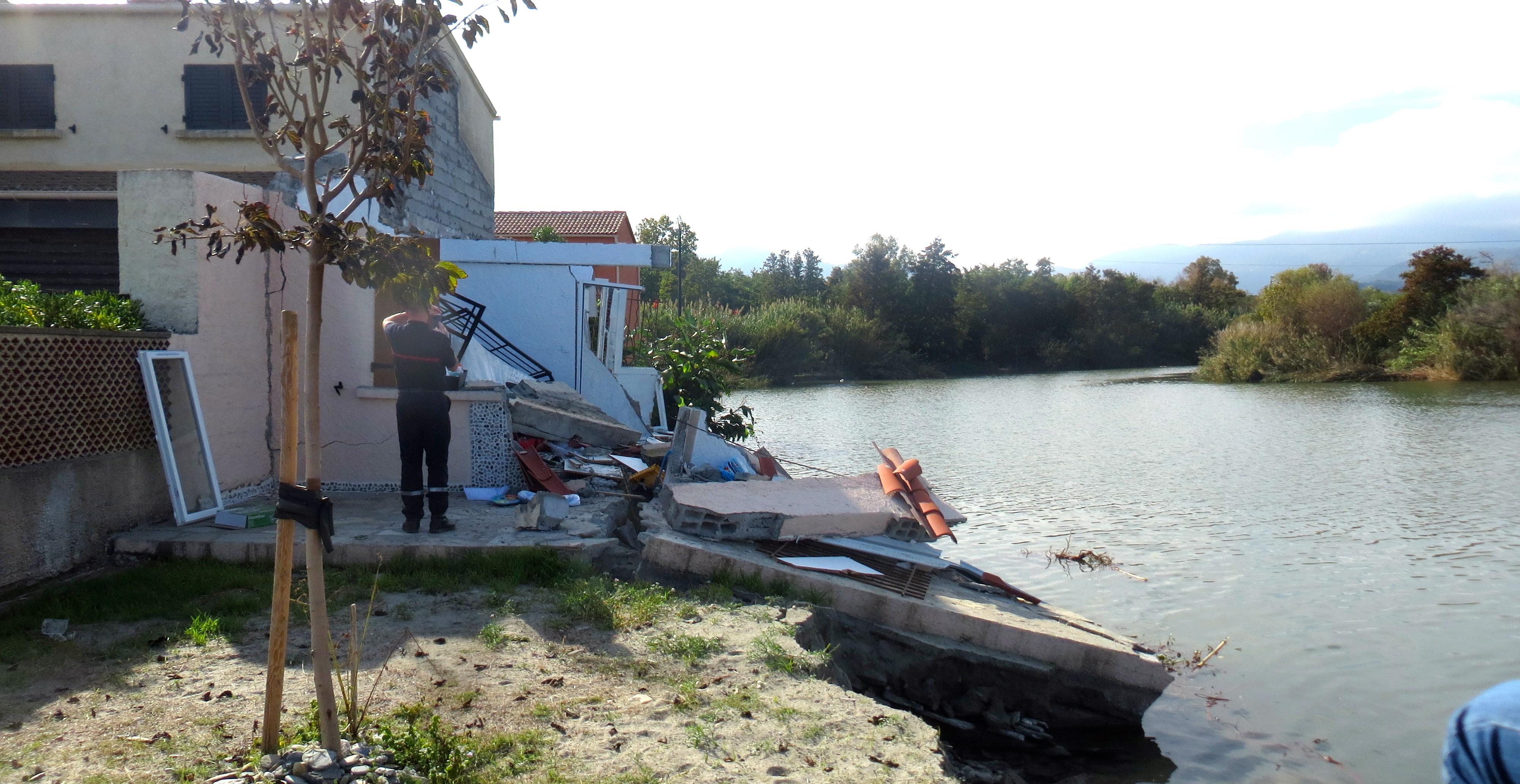 Une maison, située dans un lotissement construit sur la rive du Fium'Alto sur la commune de Penta-di-Casinca, à moitié emportée par la crue du fleuve en octobre 2015.