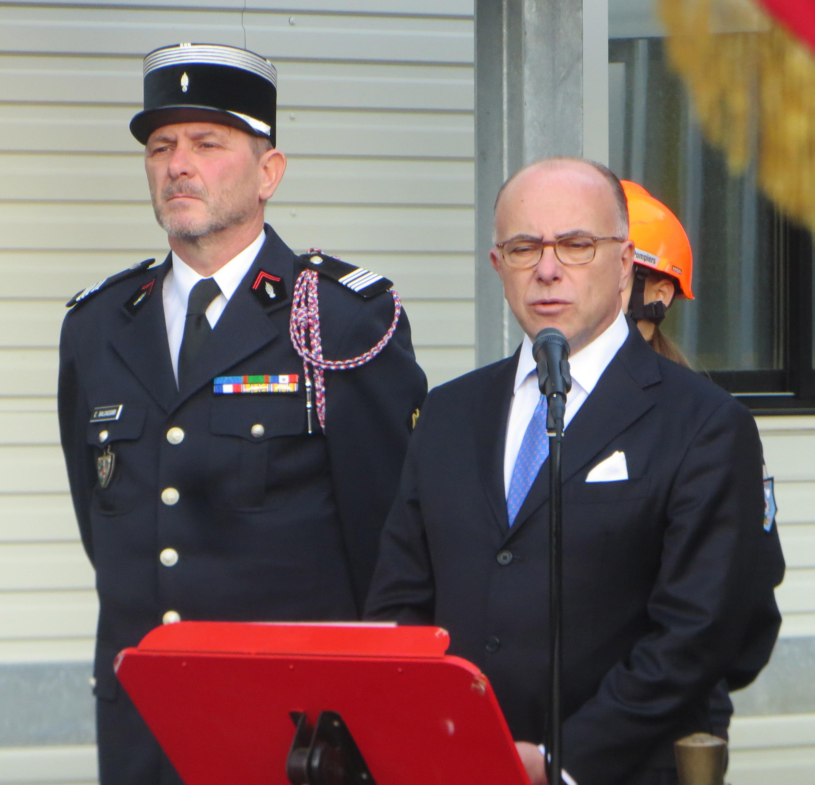 Le Colonel Charles Baldassari en compagnie de Bernard Cazeneuve, alors ministre de l'intérieur, vendu décorer le SDIS 2B pour son action lors des inondations.