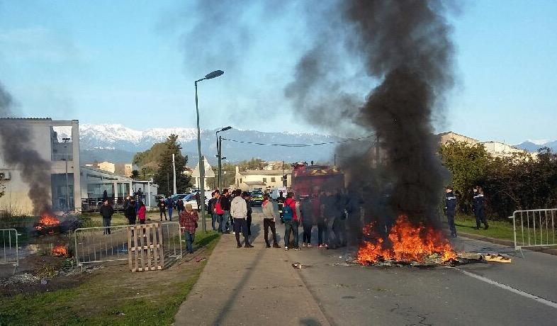 Les élèves manifestants solidaires des jeunes étudiants interpellés en début de semaine