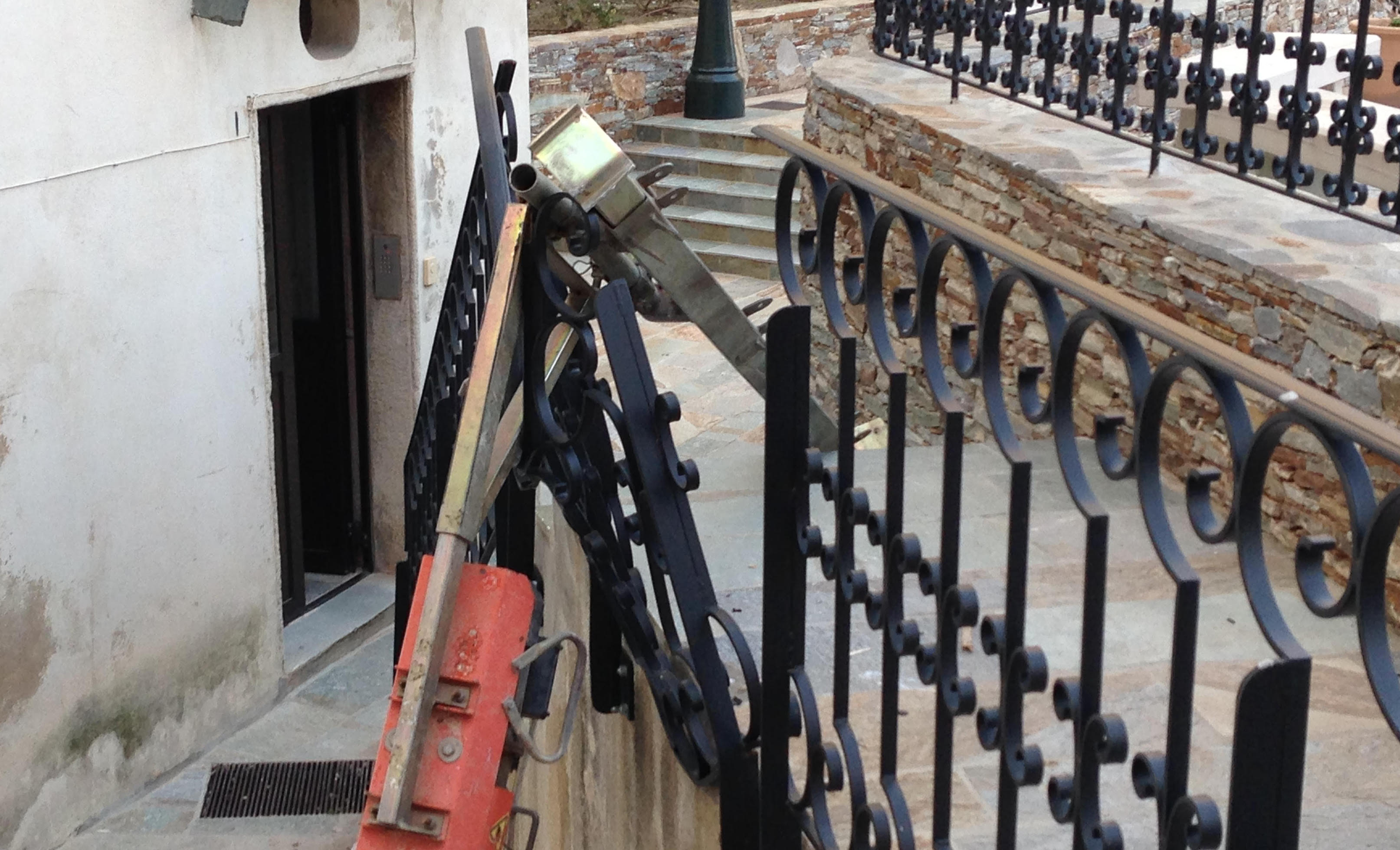 Le monte charge brise la barrière, 4 étages plus bas