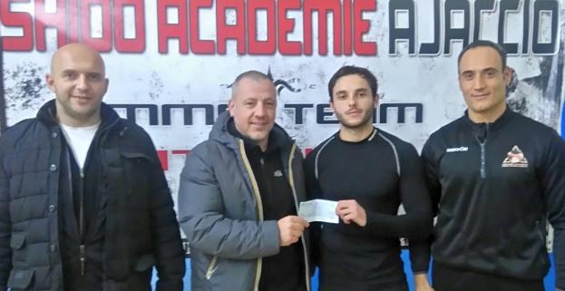 Marc Nivaggioli, entouré de ses deux coachs (Matthieu Paoli et Stéphane Leca), accompagné de son sponsor Ajaccio Béton pour le déplacement