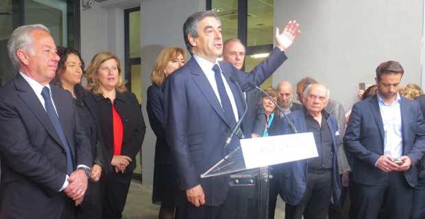 Le candidat LR François Fillon à Biguglia, entouré des élus LR corses.