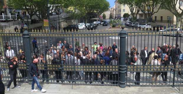 Les soutiens d'André Paccou devant le Palais de justice de Bastia.