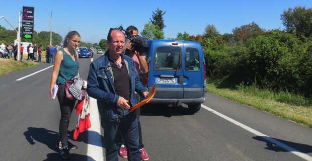 Paul-Félix Benedetti, leader d'U Rinnovu Naziunale, distribuant des tracts devant le restaurant l'Aria Marina.