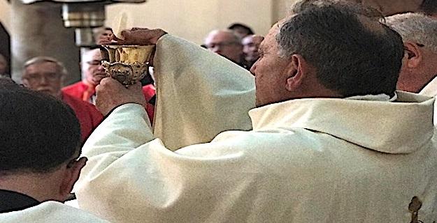 Antoine Peretti lundi à Azilone célébrant sa première messe dans son église