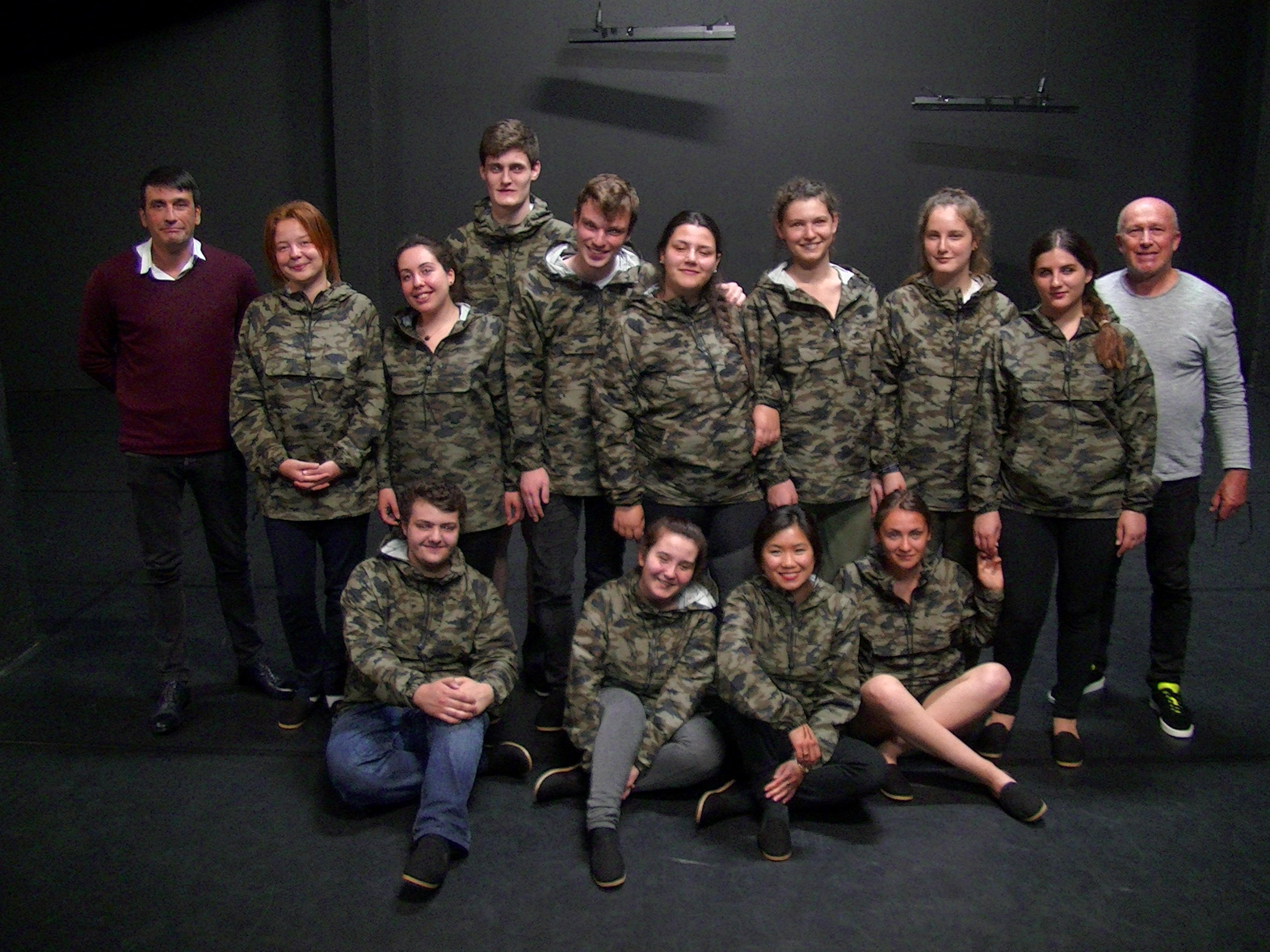 """Le groupe """"Chaos debout"""" entouré du dramaturge Emmanuel Boisset (à g) et du metteur en scène François Bergoin ( à dr.)"""