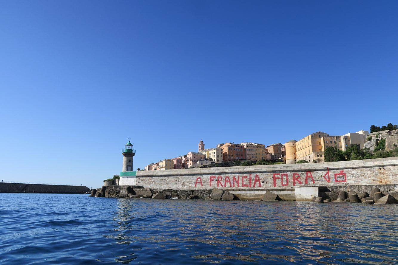 Bastia : Un message en lettres rouges sur la jetée…