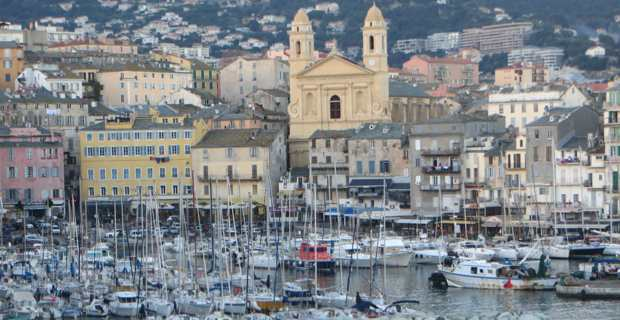 La fréquentation du Vieux Port de Bastia est dynamisée par le shopping de nuit.