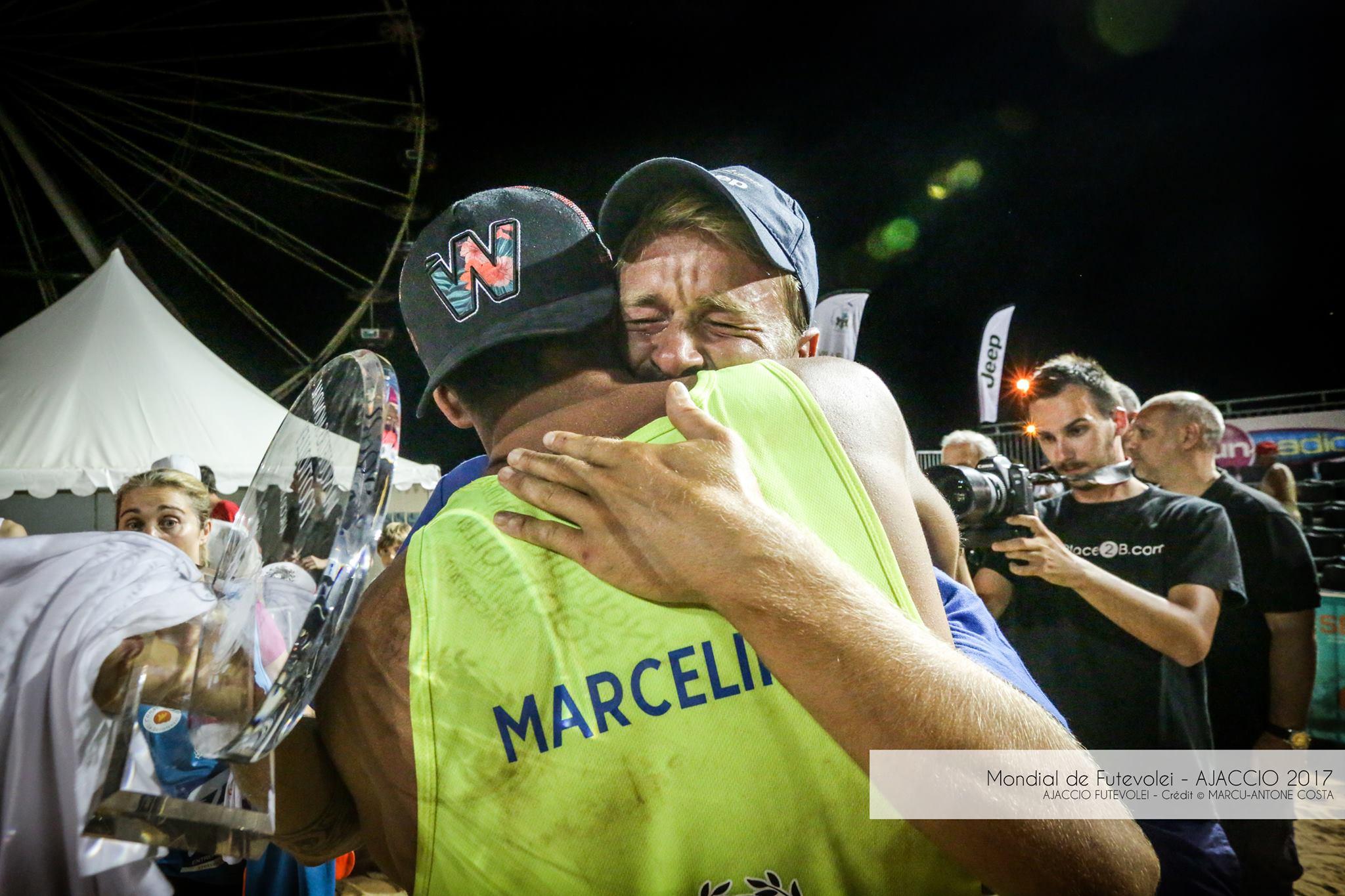 Philippe Boulet, co-organisateur avec Franck Dubernet qui reçoit la coupe de la part du vainqueur du tournoi. (Crédit photo © Marcu-Antone COSTA)