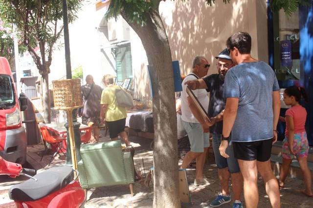 Les professionnels de la brocante s'installent dans le centre-ville de Calvi