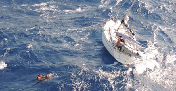 Les plongeurs au secours du voilier. (Photographies : EH 01.044)