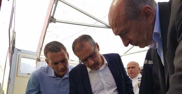 Le ministre de l'Intérieur, Gérard Collomb, à Palneca, avec le président de l'Assemblée de Corse, Jean-Guy Talamoni, et le président du SDIS 2A, Charles Voglimacci.