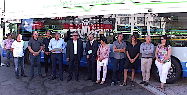 Présentation des nouveaux bus hybrides en présence des élus de la CAB, de la CTC et des représentants de l'Etat