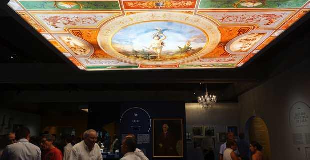 Le plafond peint du grand salon du chateau Stopielle domine l'exposition. Photo Christian Andreani.