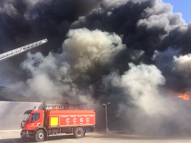 Le feu dans la Zone Artisanale de Corbara