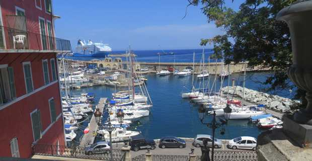 Le Vieux port de Bastia et en toile de fond, le port de commerce.