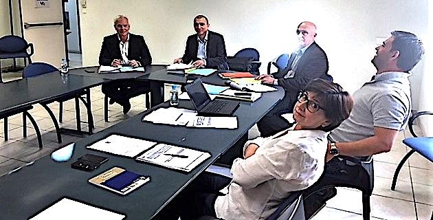 Table de reunion ller bureau للبيع في الدار البيضاء في آخر
