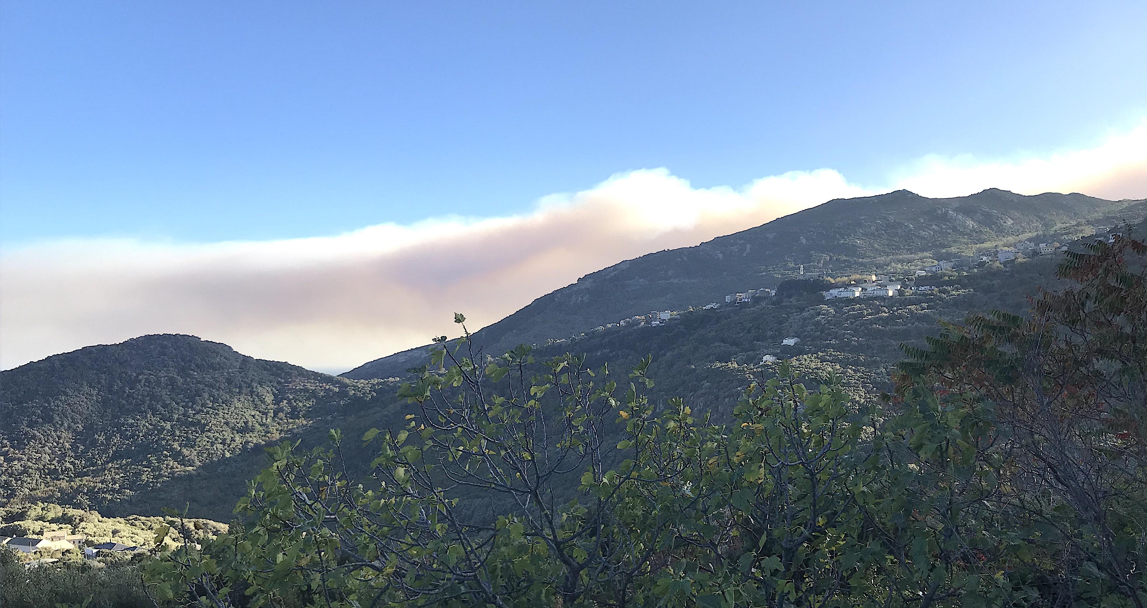 Le panache de fumée de Ville-di-Paraso au-dessus de la région bastiaise