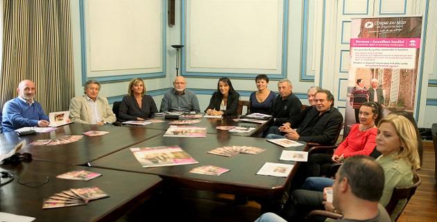 Les maires de la Gravona et du Prunelli, les responsables du pôle prestations sociales et des services de l'accueil familial entourant Delphine Orsoni