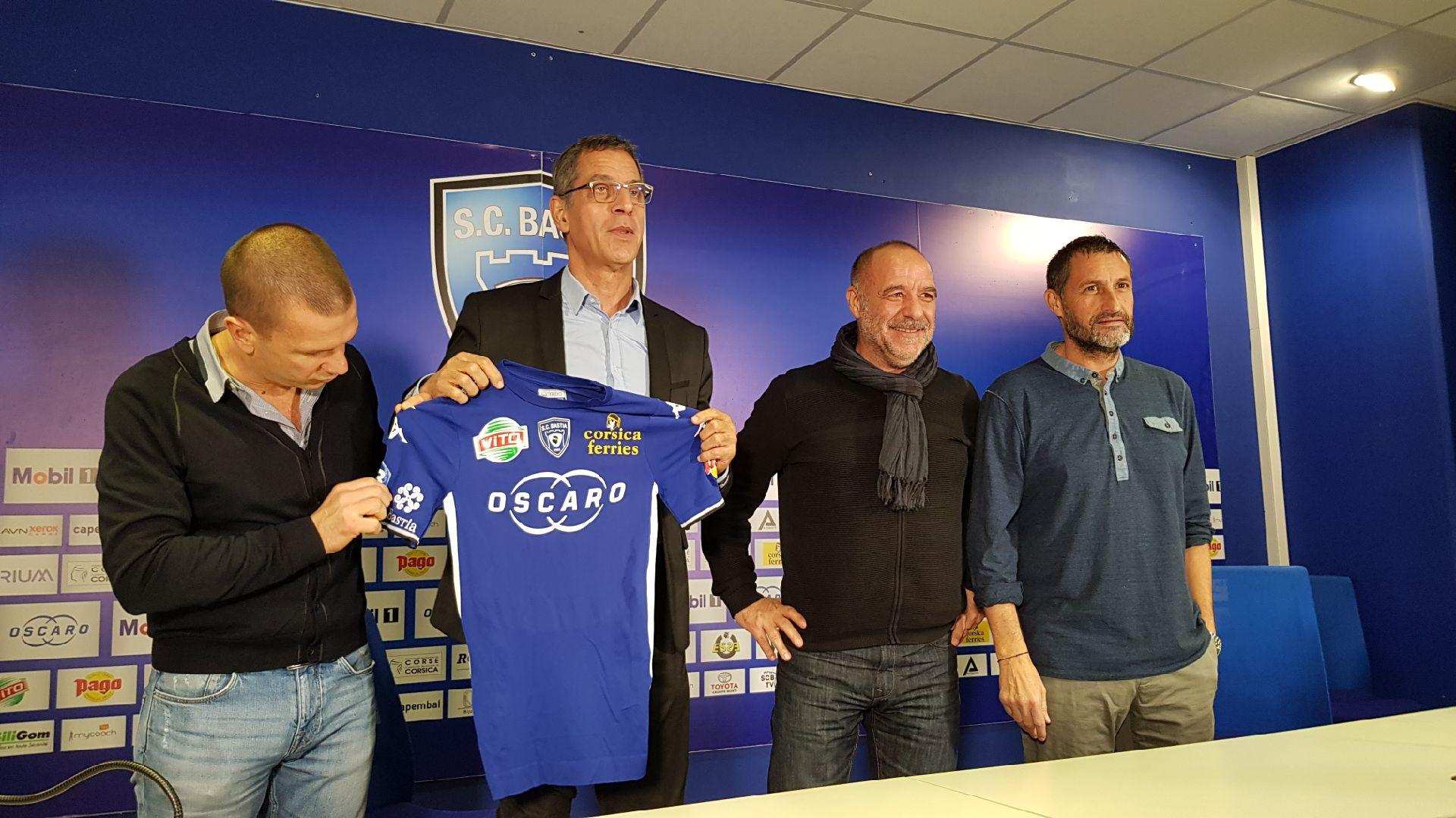 Claude Ferrandi, Pierre Savelli, Didier Grassi et Stéphane Rossi présentant le logo de la mairie désormais sur le maillot des joueurs.