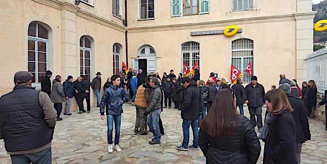 Rassemblement de protestation devant la poste d'Olmi-Cappella