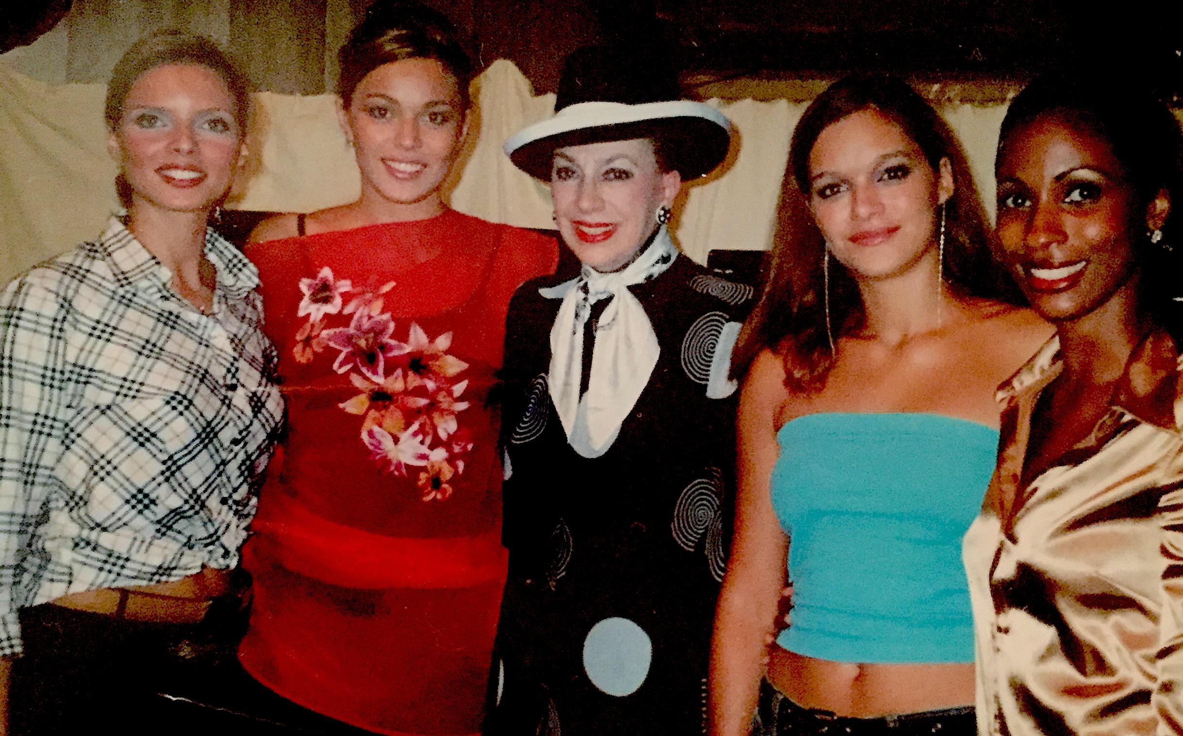 Stéphanie (à gauche en rouge) entre Sylvie Tellier et Geneviève de Fontenay