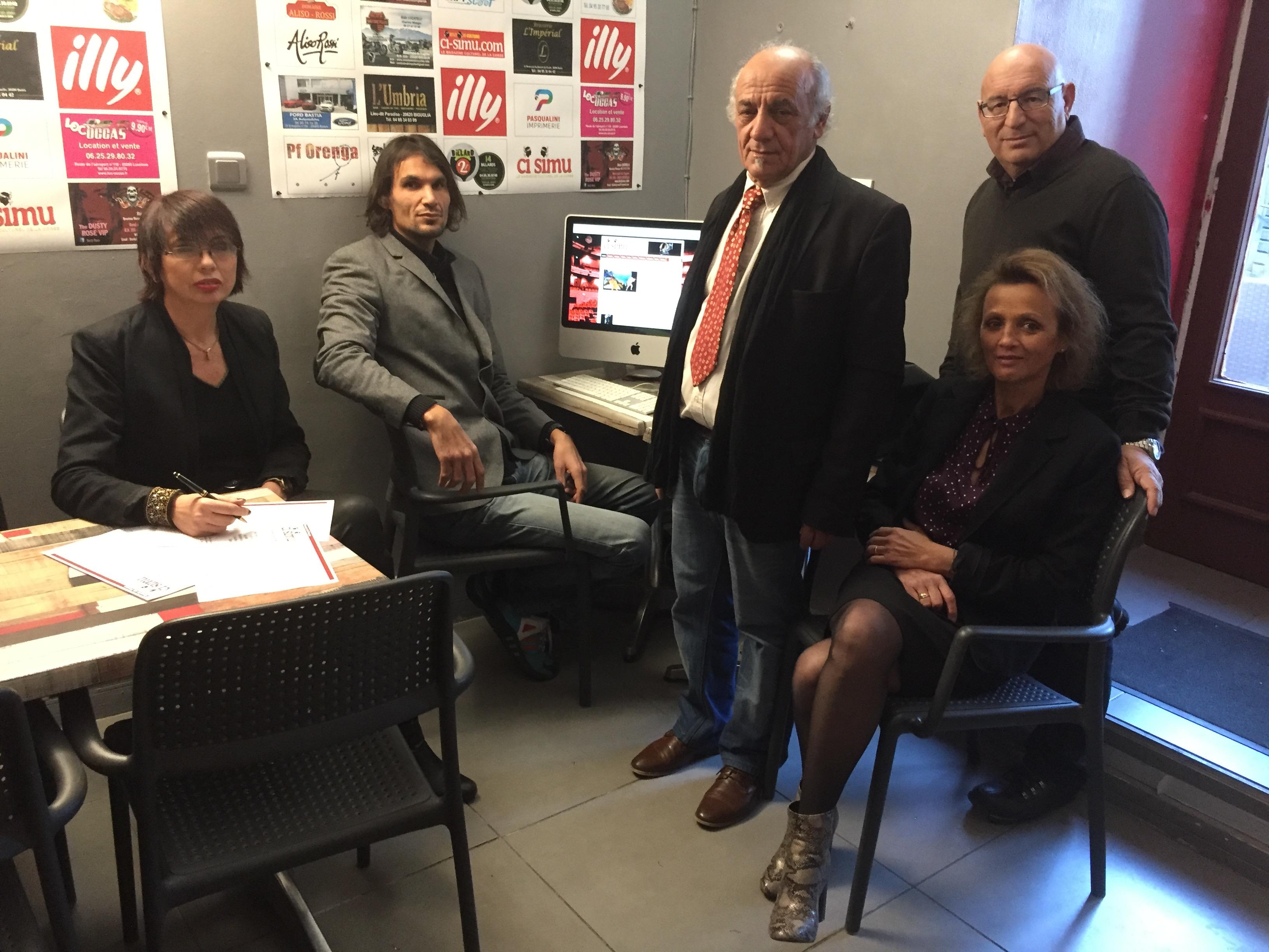 Francesca Quilichini (rédactrice en chef), Lionel Bau (webmaster), Joseph Frappolo (directeur de publication),  Louis Vignaroli (photographe)  et Emma Servant (secrétaire de rédaction) : « Ci simu » est de retour !