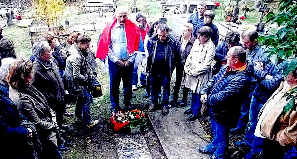 Zoran Radovanovic entouré du maire de Bocognano, Achille Martinetti, et quelques habitants, se recueille sur le tombeau du regretté médecin serbe (Photo: Corse Matin) -Couverture du livre «Corse, terre d'accueil …