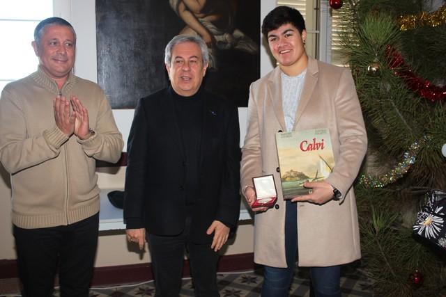 La Médaille d'honneur de la Ville de Calvi à Julia Tolofua championne de France de judo