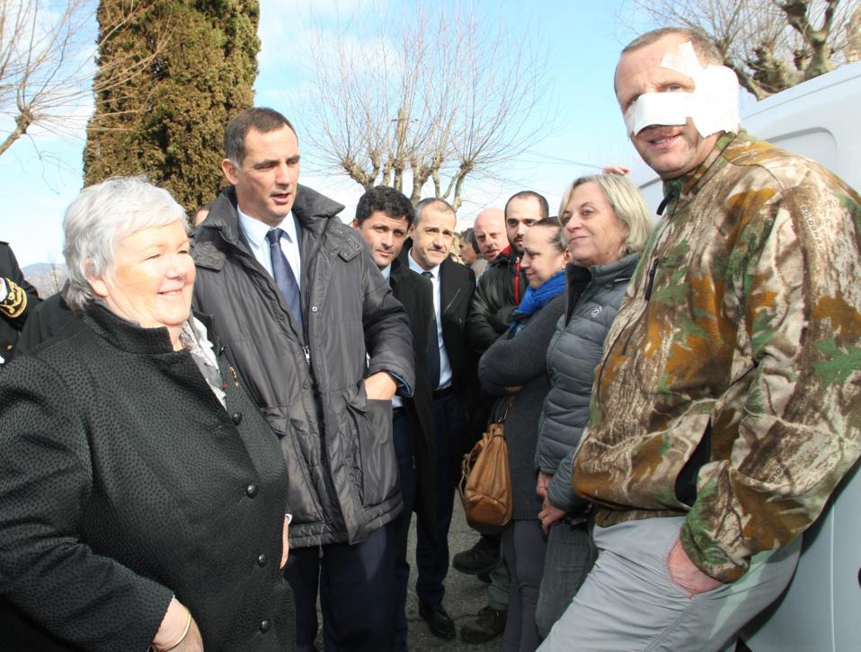 La ministre Jacqueline Gourault, accompagnée des élus locaux, rencontre les habitants de Chiatra où onze maisons ont brûlé.