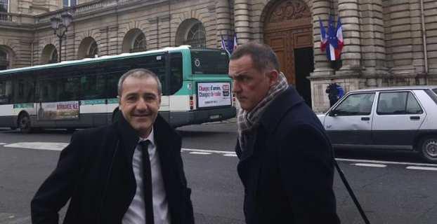 Les présidents de l'Assemblée et de l'Exécutif de Corse, Jean-Guy Talamoni et Gilles Simeoni, devant le Sénat, avant l'entretien avec Gérard Larcher.