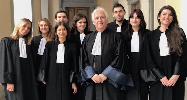 Gilles Antomarchi, le bâtonnier du barreau de Bastia, entourés par les jeunes avocats