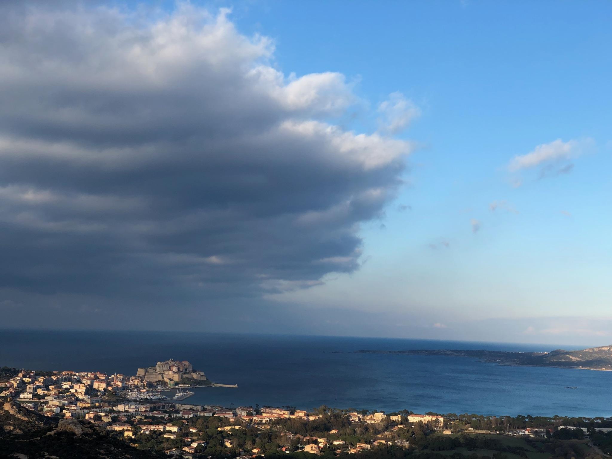La photo du jour : Les nuages s'amoncèlent sur Calvi…