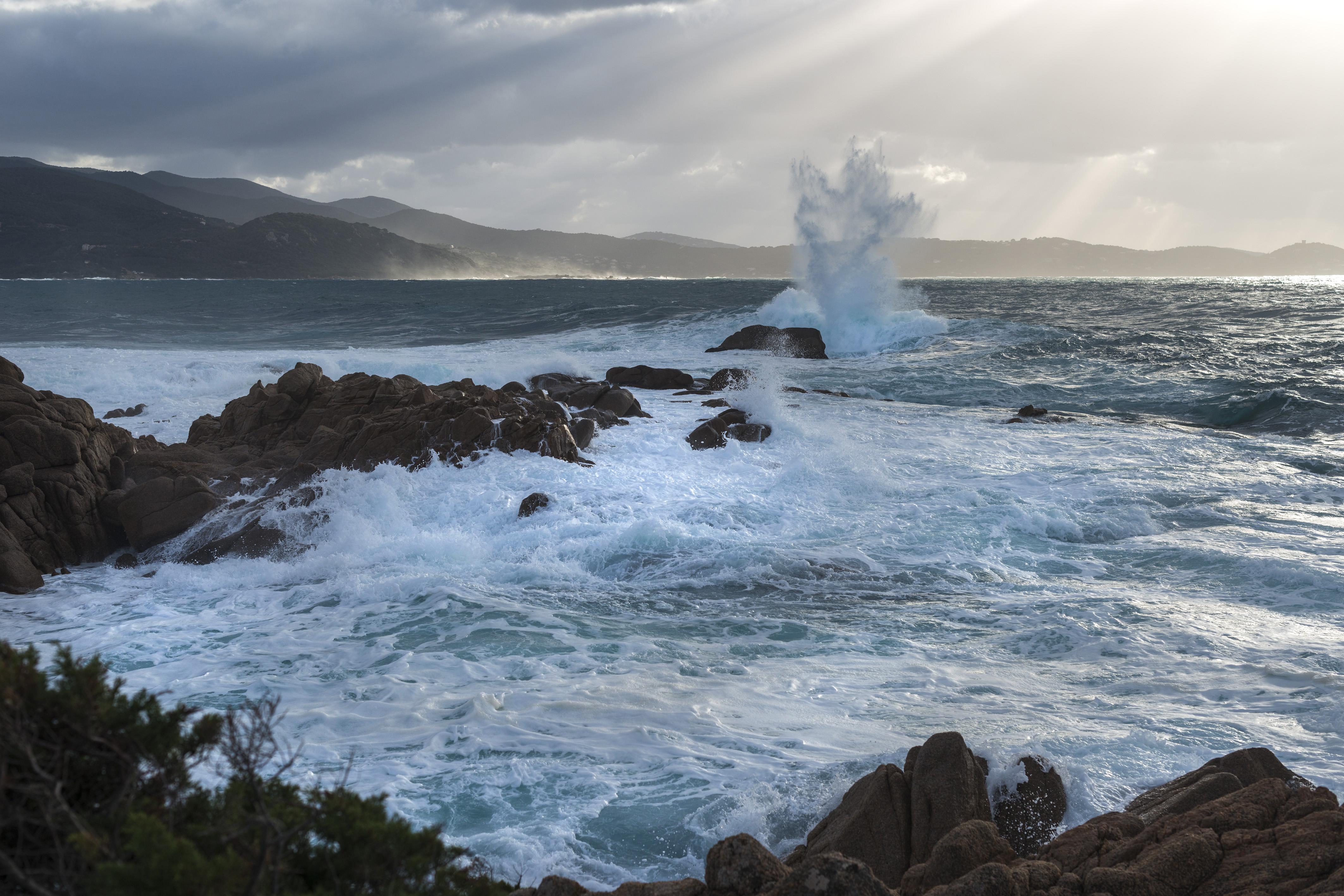 La photo du jour : L'Isulella battue par les vagues