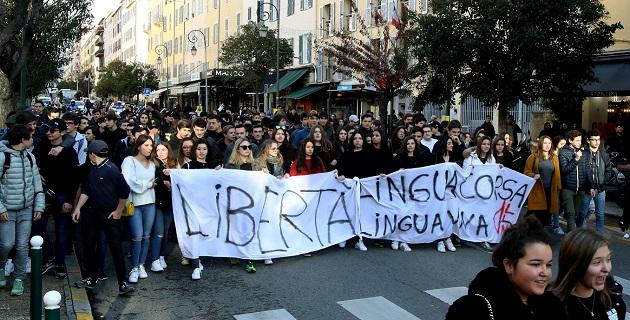 Les lycéens défilent à Ajaccio pour soutenir les élus nationalistes