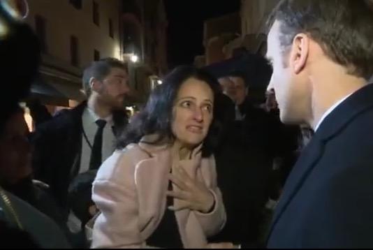 Stéphanie Colonna interpelle Emmanuel Macron à la sortie du musée Fesch à Ajaccio.