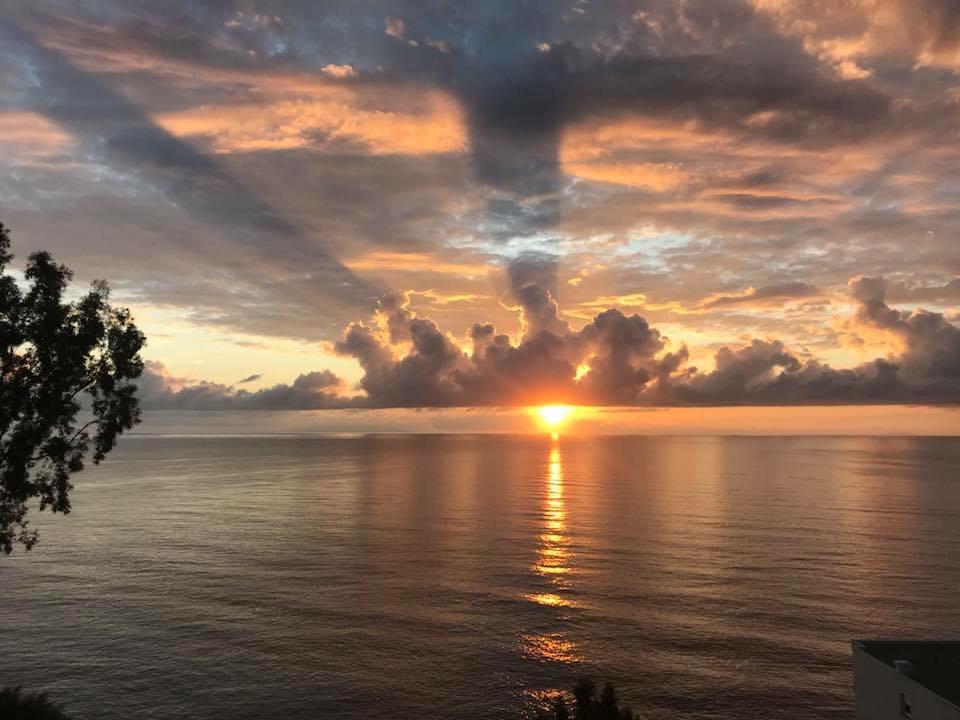 La photo du jour : Soleil levant sur Petranera