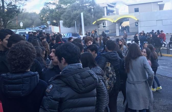 Manifestation devant le Lycée de Balagne à L'Ile-Rousse