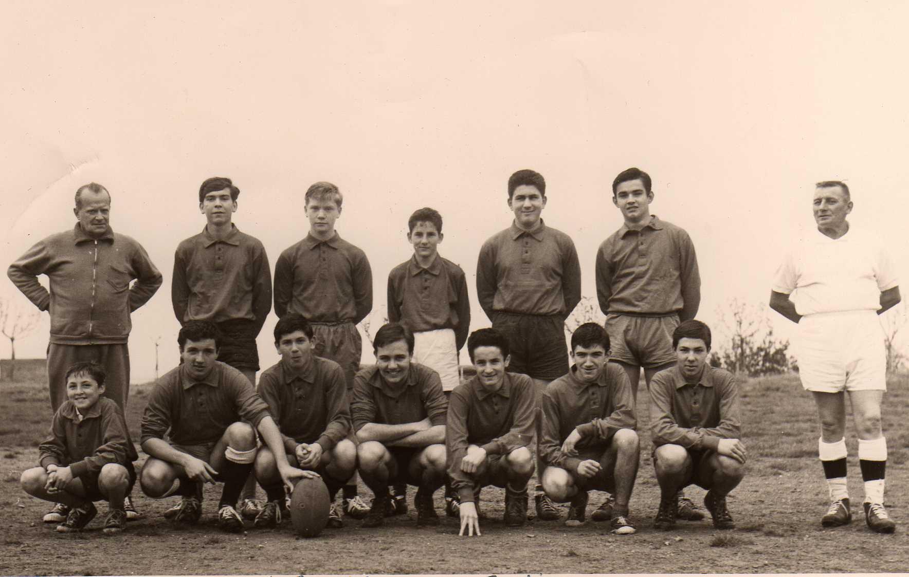 """""""Loulou"""" Medori accroupis à gauche durant la saison 60-61 : trop jeune pour jouer avec les plus grands à l'époque où le rugby balbutiait à Bastia..."""