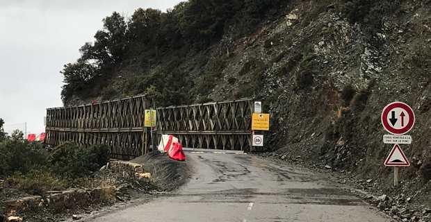 Le pont provisoire de la côte Ouest du Cap Corse sur la RD80 reliant Patrimoniu à Olmeto di Capi Corsu.