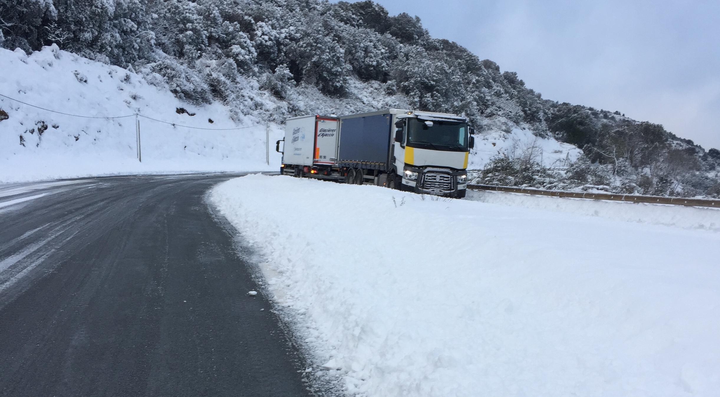 Neige en Corse :  Le point sur les routes. 1 200  foyers privés d'électricité à la mi-journée