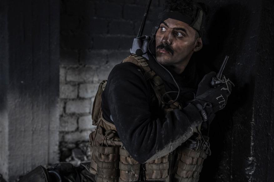 Mossoul, Irak, le 19 mars 2017 Ali, l'officier radio de la division de réaction d'urgence (ERD), pendant une attaque des combattants de Daesh sur sa position, un immeuble aux portes de la vieille ville de Mossoul. Il sera blessé en fin de journée. Photo Laurent Van der Stockt pour Le Monde