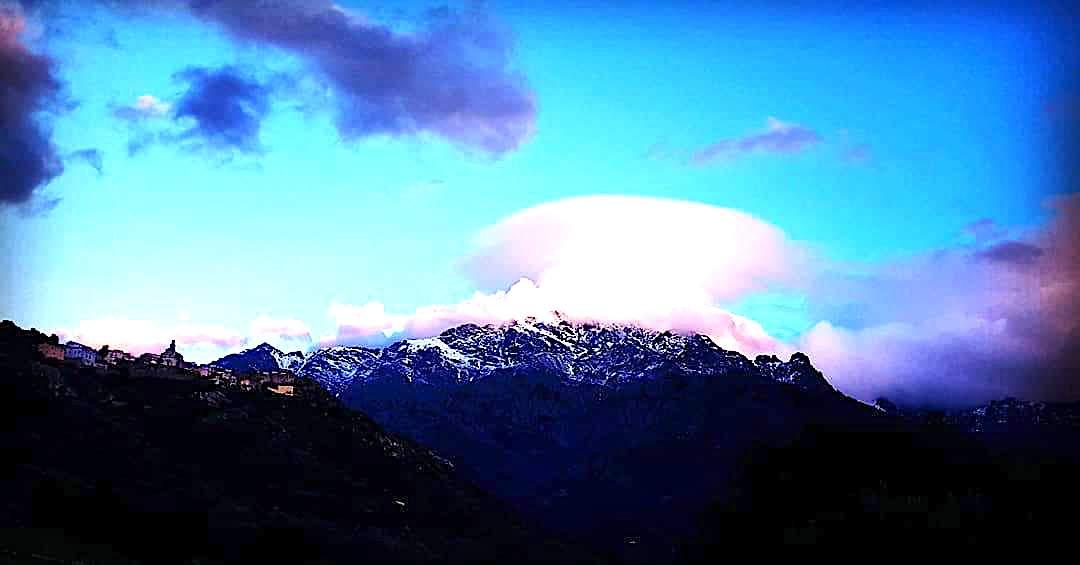 La photo du jour : Le Montegrossu coiffé d'un drôle de nuage